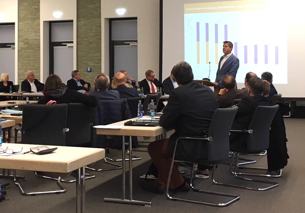 Bürgermeister Dr. Oliver Junk stellte den Haushaltsentwurf 2019 vor. Foto: Alexander Dontscheff