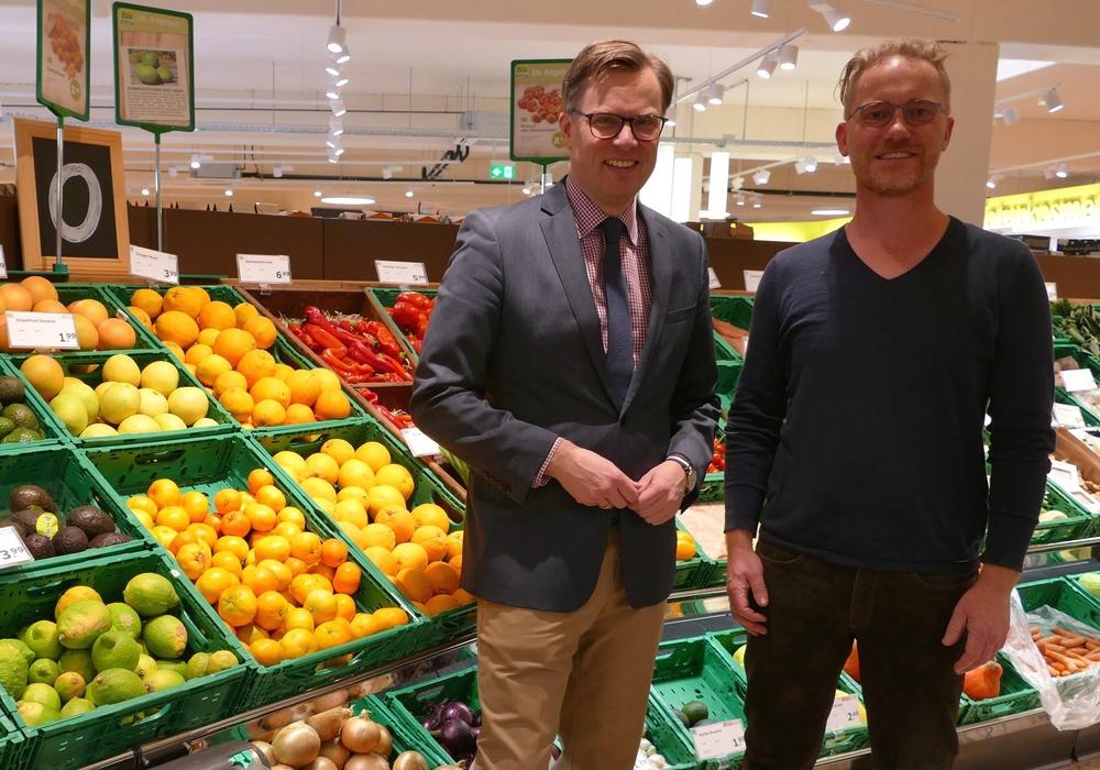 Ralf Schubert (rechts), Geschäftsführer von MutterGrün, führte Landrat Dr. Andreas Ebel durch den Gifhorner Biomarkt.