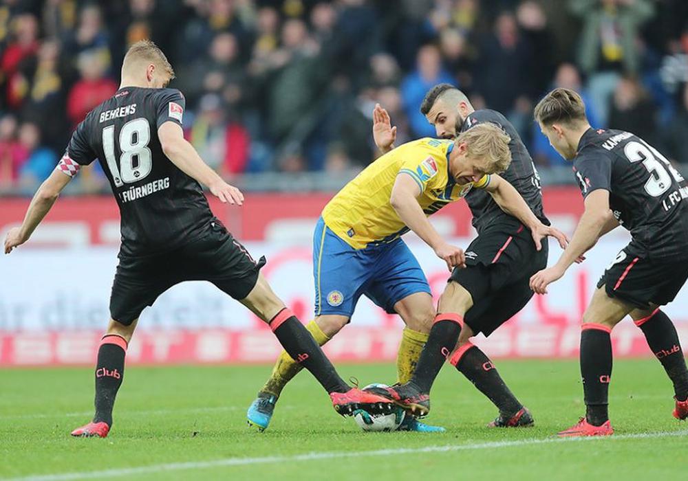 Einer der wenigen Lichtblicke dieser Saison: Jan Hochscheidt gegen drei Clubberer. Foto: Agentur Hübner