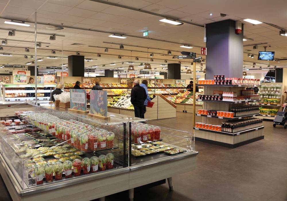 Der REWE-Markt in den Schlossarkaden hat am Donnerstag nach dem Umbau wiedereröffnet. Fotos: Anke Donner