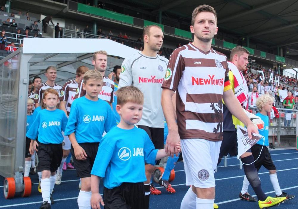 Absolutes Highlight für Julian Eggers: Als Mannschaftskapitän führte er 2014 sein Team gegen den 1. FC Köln im DFB Pokal auf das Feld. Foto: Frank Vollmer