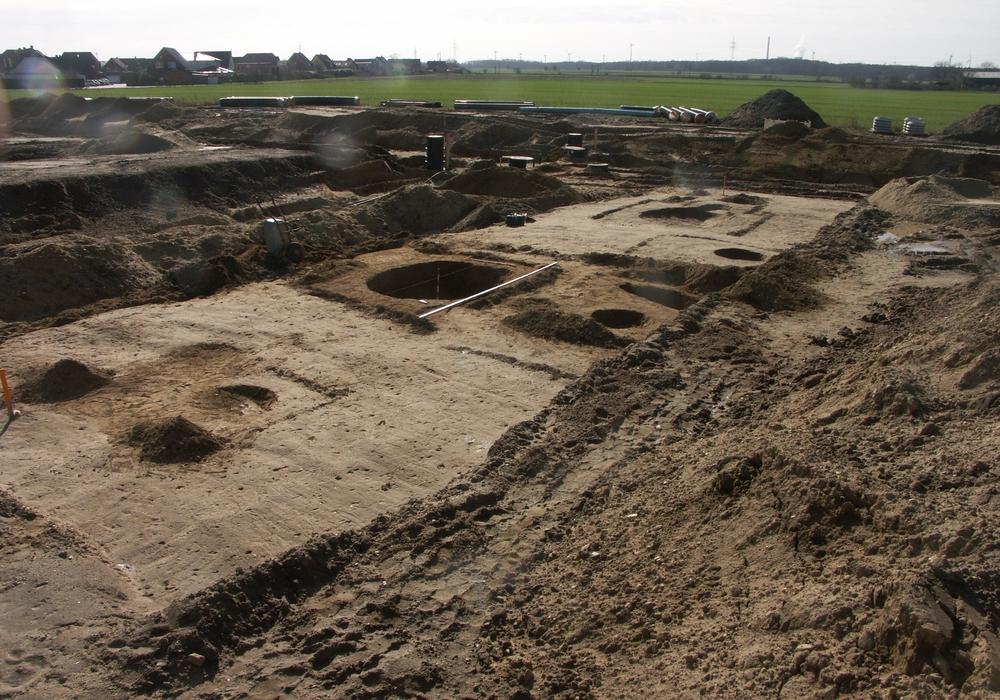 Einer der Ausgrabungsabschnitte (Abschnitt 19) vom Winter 2016-17 im Baugebiet, mit ausgegrabenen Gruben der vorgeschichtlichen Siedlung. Fotos: Tomas Budde