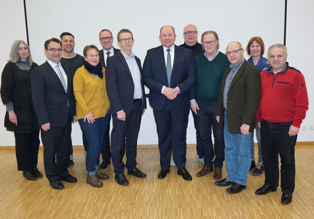 Oberbürgermeister Klaus Mohrs (6. von links) und Holger Stoye (rechts daneben) mit dem Aufsichtsrat der WMG um Harald Vespermann (Vorsitzender, 4. von rechts) und Sabah Enversen (stellv. Vorsitzender, 2. von links). Foto: WMG Wolfsburg