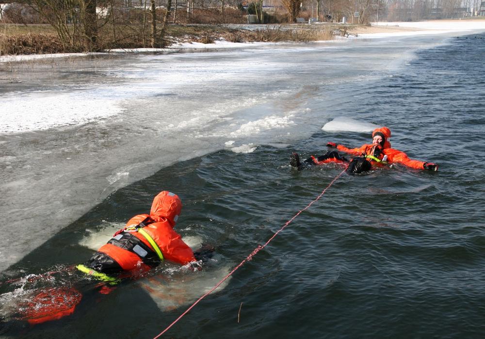 Die Wasserrettung des DLRG trainierte den winterlichen Ernstfall. Fotos: DLRG Wolfsburg