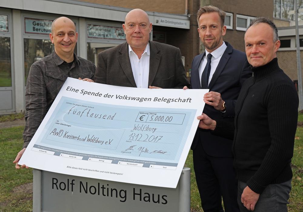 Die Spende übergaben die Betriebsräte Marcus Kirste (v.l.) und Karsten Siemann kürzlich zusammen mit Ralf Witte, Volkswagen Personal, an den AWO-Kreisgeschäftsführer, Marcus Musiol. Foto: Volkswagen