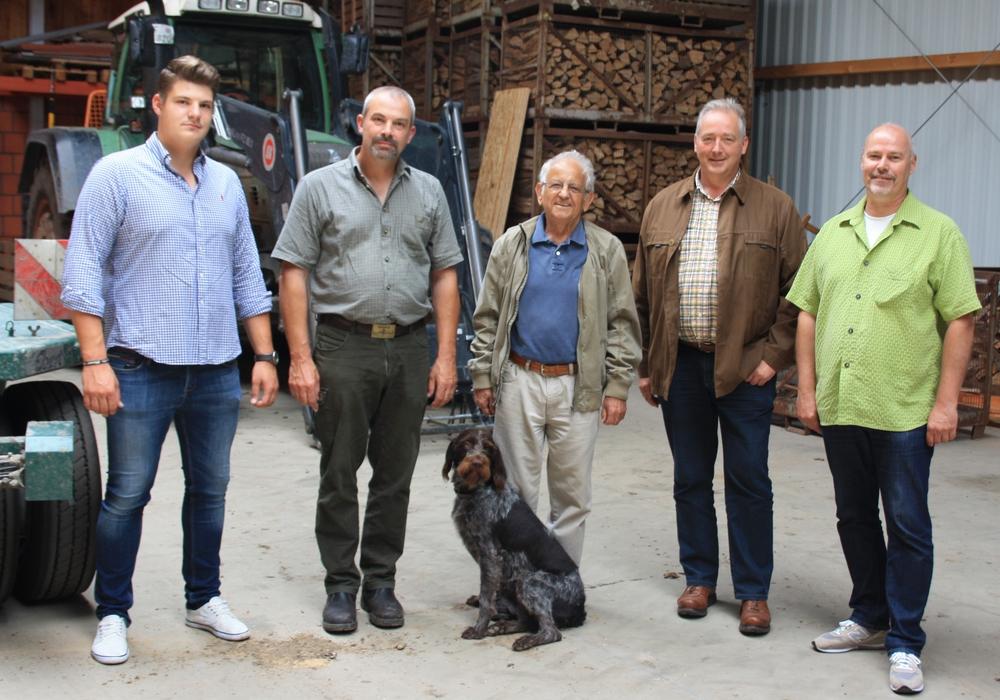 Lennard Curland, Torsten Curland, Johannes Wolframm, Frank Oesterhelweg und Karsten Ansorge in der neuen Betriebshalle. Foto: CDU