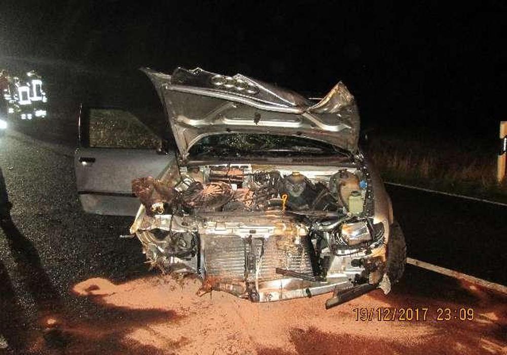 Das Unfallauto nach dem Zusammenstoß mit einem Baum. Foto: Polizei Wolfsburg