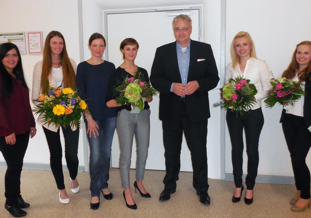 Die Absolventinnen und Gratulanten: Rafiga Kurt (von links), Ann-Kristin Tiegel, Olga Klink, Elena Elzeßer, Markus Hering, Lisa-Marie Meyer und Isabell Tietz. Foto: WoBau