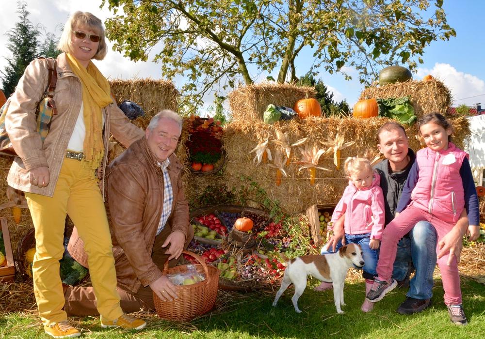 Elke und Frank Oesterhelweg mit Michael Molks und Töchtern am 3. Oktober beim Hoffest der Familie Molks in Evessen.