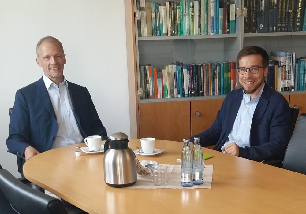 Prof. Dr. Jörg Overmann (links) im Gespräch mit MdB Victor Perli (rechts). Foto:  Leibniz-Institut DSMZ