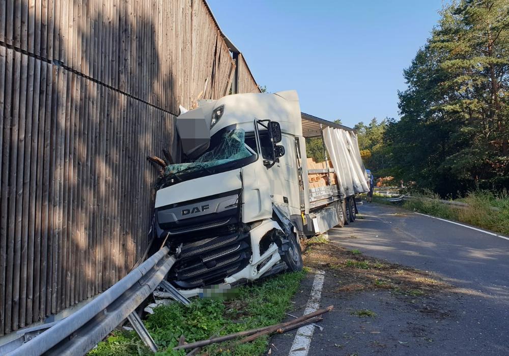 Der LKW kam aus unbekannter Ursache von der Fahrbahn ab. Foto: Feuerwehr