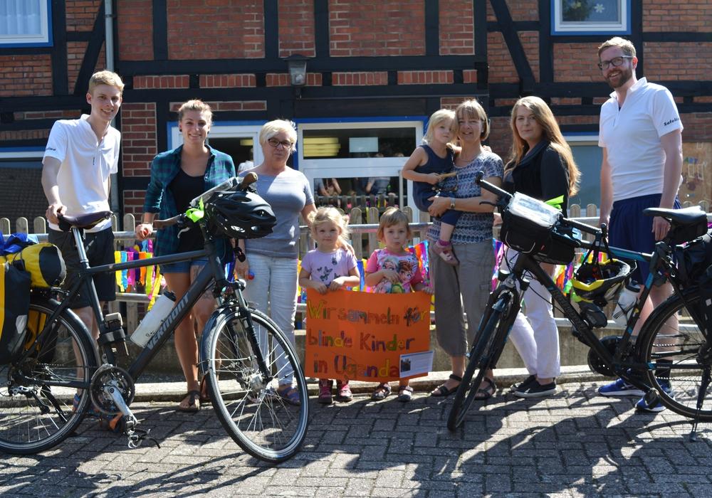 Die Radfahrer Andreas Blume und Markus Kalwei wurden am Kindergarten herzlich empfangen. Foto: Kirchenkreis Peine