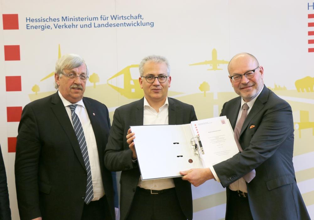 Energieminister Tarek Al-Wazir (mitte) übergab den Planfeststellungsbeschluss an Lex Hartman, Mitglied der TenneT-Geschäftsführung. Foto: TenneT