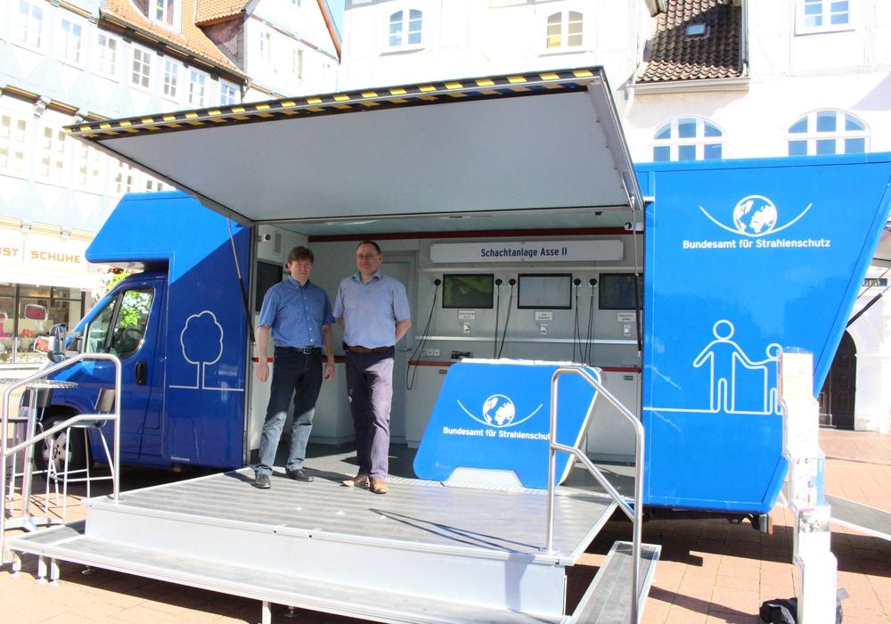 Das BfS-Infomobil vor dem Bankhaus Seeliger. Foto: Max Förster