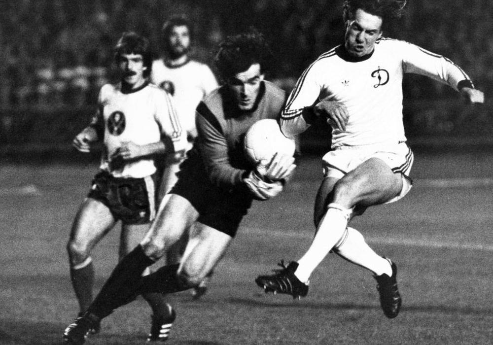 Sternstunde: Oleg Blokhin (Dynamo Kiew) gegen Torwart Bernd Franke, dahinter Viktor Kolotov und Dieter Zembski. Foto: imago/Kicker