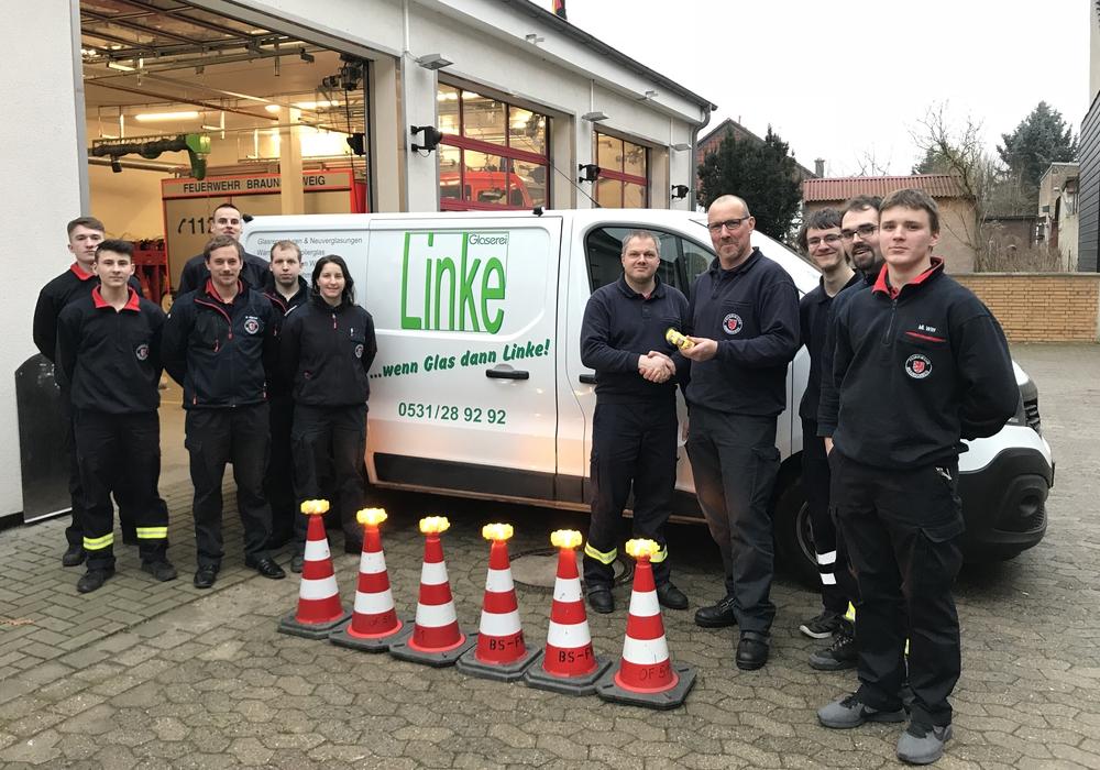 Die Übergabe der Powerflares an die Feuerwehr Rüningen. Foto: Freiwillige Feuerwehr Braunschweig