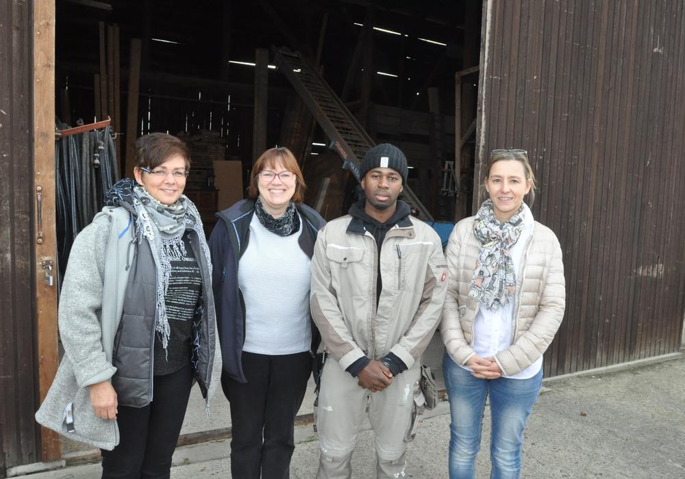 Große Freude bei allen Beteiligten: Andrea Klein (von links) und Marion Mai vom DRK haben Abdouramane Barry in der Interkulturellen Jugendwohngruppe Leo betreut. Jetzt arbeitet der Flüchtling aus Guinea bei der Firma Georg Hindemith. Prokuristin Anja Czarnetzki hat für ihren neuen Mitarbeiter die Wohnung organisiert. Foto: DRK