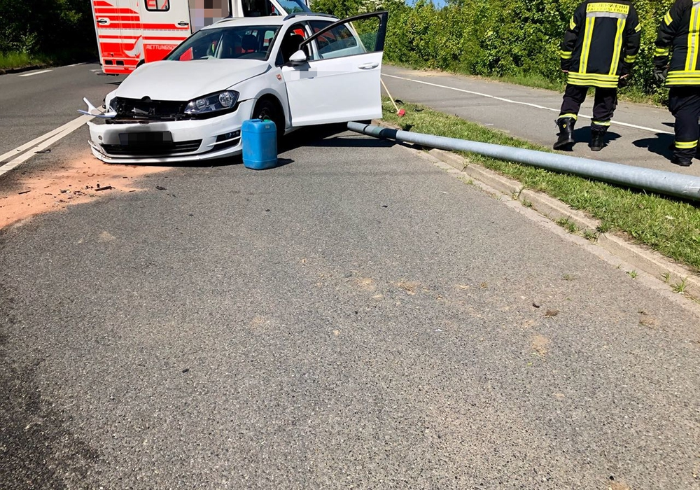 Gegen 10.40 Uhr war ein Golf Variant aus bislang ungeklärter Ursache frontal gegen eine Straßenlaterne geprallt. Foto: Ortsfeuerwehr Fallersleben