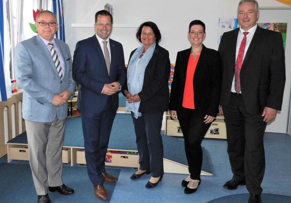 Ulrike Hesselbach (3. v. l.) begrüßte als Vorsitzende des Kinderschutzbundes die CDU-Landtagsabgeordneten Kai Seefried (2. v. l.) und Frank Oesterhelweg (r.) sowie Sarah Grabenhorst-Quidde (CDU-Landtagskandidatin) und Andreas Meißler (CDU-Kreisvorstand). Foto: CDU