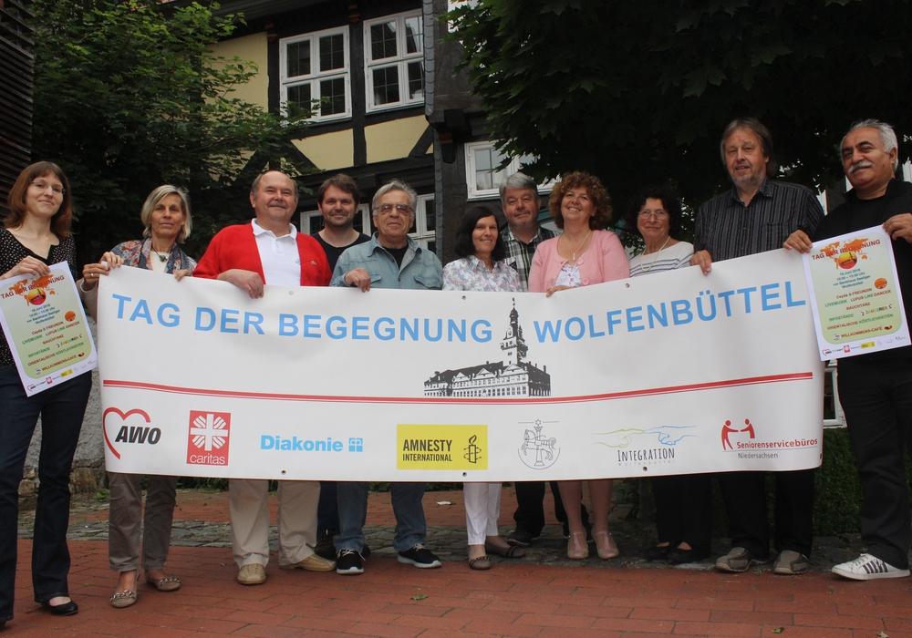 Die Vertreter von Diakonie, Caritas, AWO, amnesty international und Seniorenserviebüro, sowie der Stadt Wolfenbüttel freuen sich auf den 14. Tag der Begegnung. Foto: Anke Donner