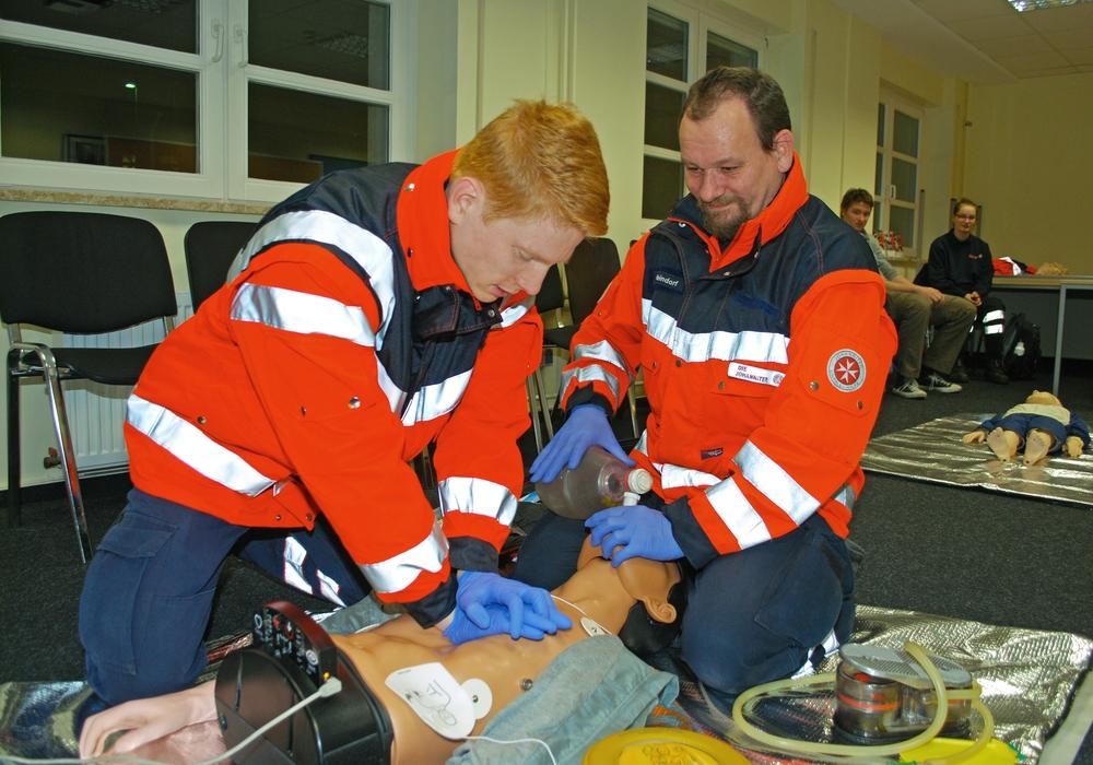 Sanitätshelfer Philipp Ballschuh und Ingo Heindorf (re.) bei der Herz-Lungen-Wiederbelebung. Fotos: Natalia Shapovalova / Johanniter