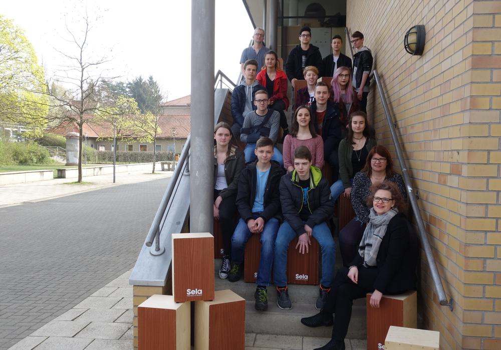 Die Schüler des Humboldt- Gymnasiums Gifhorn haben bei einer Projektwoche  Cajons gebaut. Foto: Sparkasse Gifhorn-Wolfsburg