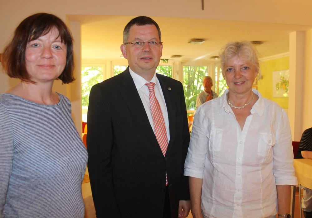Landesbischof Dr. Christoph Meyns informierte sich am Mittwoch über die Arbeit der Diakonie im Braunschweiger Land. In Braunschweig besuchte er unter anderem den Stadtteiltreff Madamenhof und wurde dort von Kathrin Schünemann und Ilona Mauskake empfangen. Foto: Anke Donner