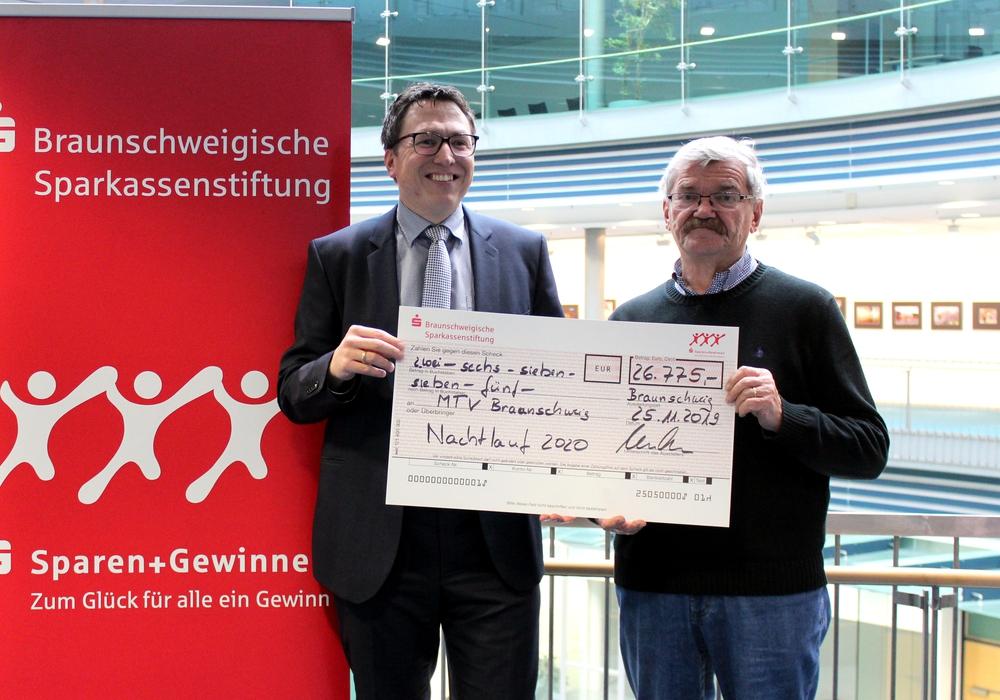 Gunnar Stratmann (li.) und Otto Schlieckmann besiegelten die weitere Kooperation. Foto: MTV Braunschweig