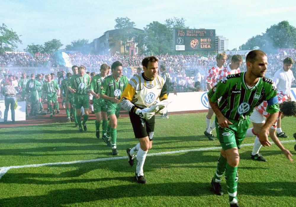 Einmarsch des Aufsteigers Wolfsburg am 11. Juni 1997 gegen Mainz (v.re.): Kapitän Jann Jensen, Torwart Uwe Zimmermann, Holger Ballwanz, Stefan Meissner, Michael Spies. Foto: imago/Rust
