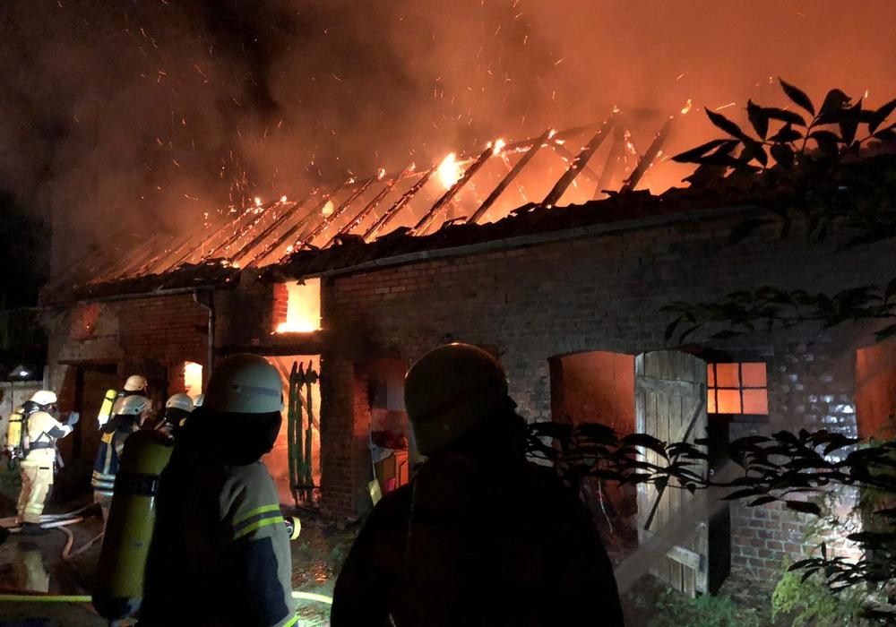 Das Gebäude stand in Vollbrand. Fotos: Feuerwehr Schöningen