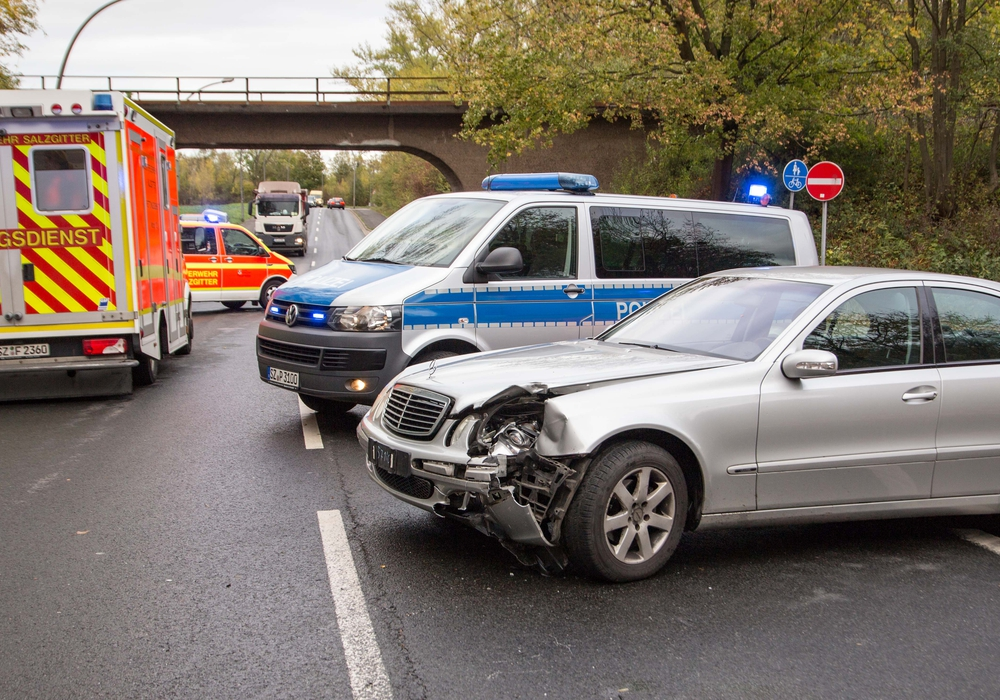 Der Mercedes hat den Motorradfahrer mit seiner linken Front erwischt. Foto: Rudolf Karliczek
