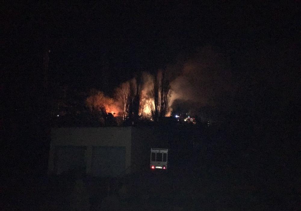 In Helmstedt brannte es in der Nacht direkt zwei Mal in unmittelbarer Nähe zueinander. Fotos: Feuerwehr Helmstedt/Alexander Weiß