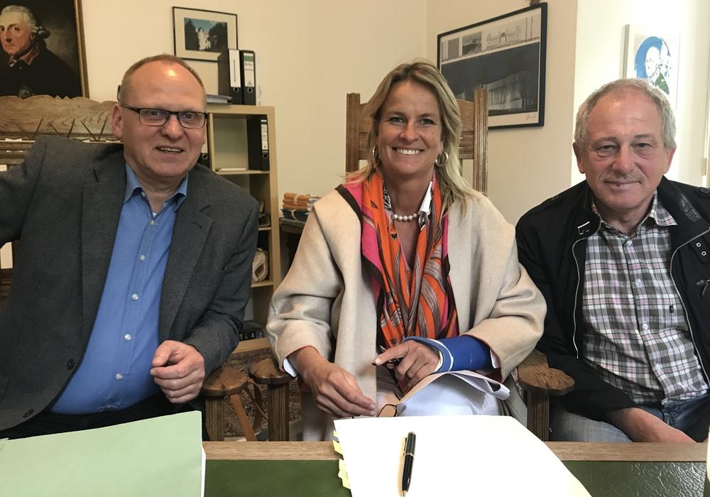 Der stellvertretende Gemeindedirektor Frank Nitsche (l.) und der stellvertretende Gemeindebürgermeister Walter Gröger (r.) trafen sich mit Geschäftsführerin Maren Paas zur Zeichnung des Erschließungsvertrages. Foto: Gemeinde Grasleben