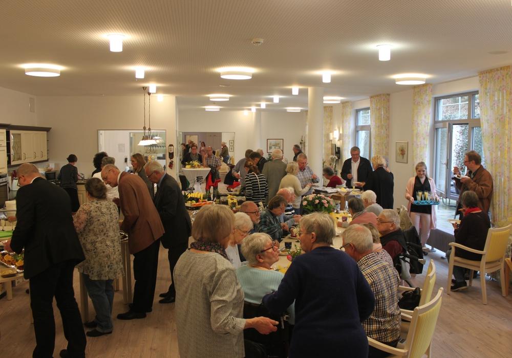 Volker Wagner und Birgit Fuhrmann freuen sich über die vielen Gäste, die zur Eröffnung gekommen sind. Foto: Evangelische Stiftung Neuerkerode