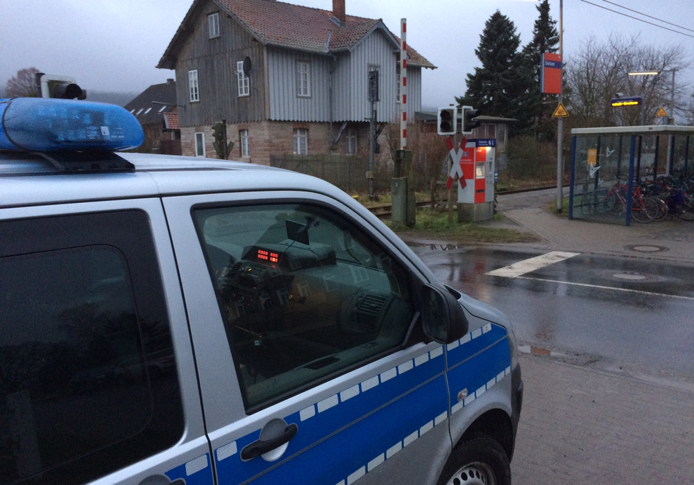Die Bahnstrecke Wolfenbüttel - Schöppenstedt musste während der Rettungsarbeiten gesperrt werden. Foto: Werner Heise