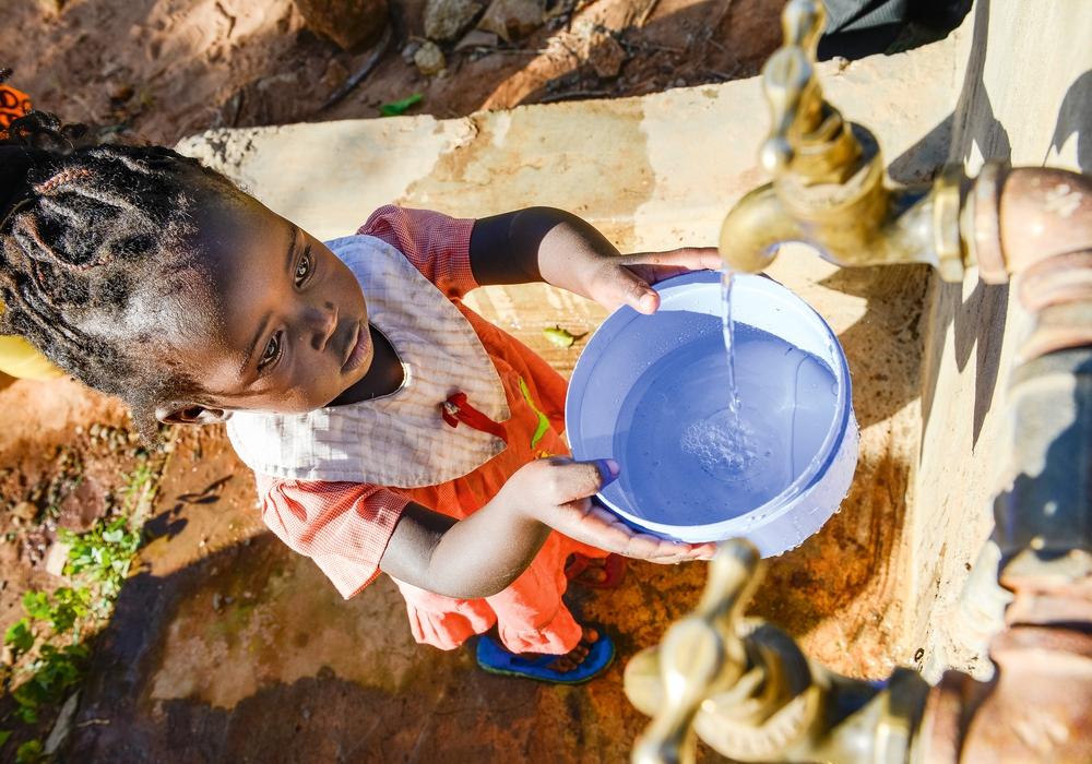 Durch Auffangen von Regenwasser an einem Felsen und Speicherung in Tanks gibt es genug Wasser auch in Dürreperioden. In der trockenen Region Mount Kenya East unterstützt die Anglikanische Kirche mittellose Familien, die unter den Folgen des Klimawandels leiden, mit neuen Methoden der Regenwassernutzung. Das Projekt wird gefördert von Brot für die Welt.