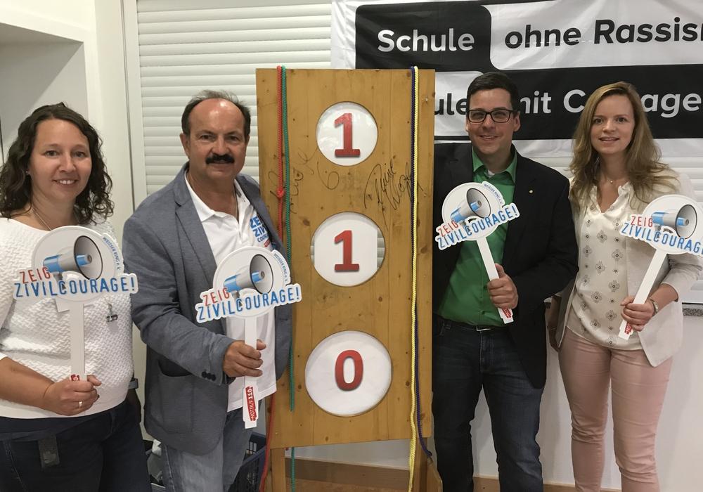 Dennie Klose, Carola Sösemann und Eileen Hepner und Günter Koschig werben für den Notruf 110 (v. li.). Foto: Weißer Ring