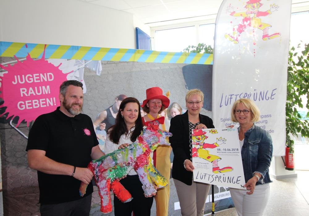 Stellten das Programm der Luftsprünge vor: Gunnar Czimczik, Katharina Varga, Susanne Bruhn, Iris Bothe und Marion Piecha. Foto: Stadt Wolfsburg