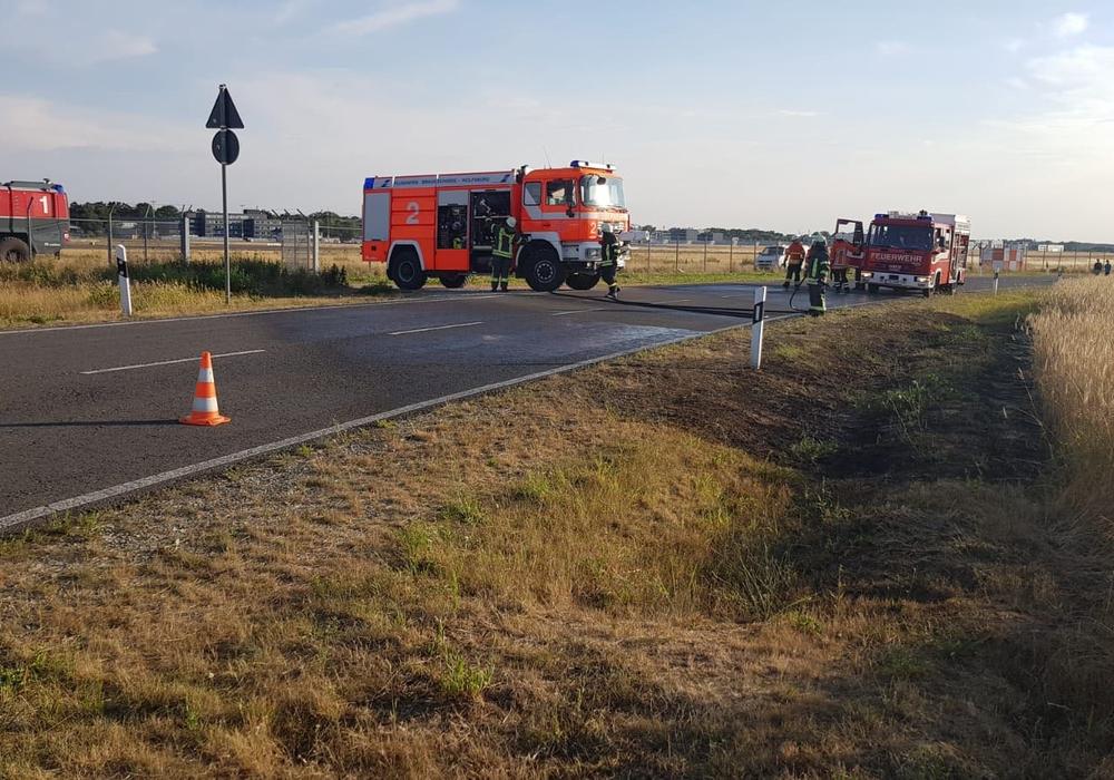 Die Werkfeuerwehr löschte den Brand mit zwei Flughafenlöschfahrzeugen vor Eintreffen von Freiwilliger- und Berufsfeuerwehr. Foto: Flughafen