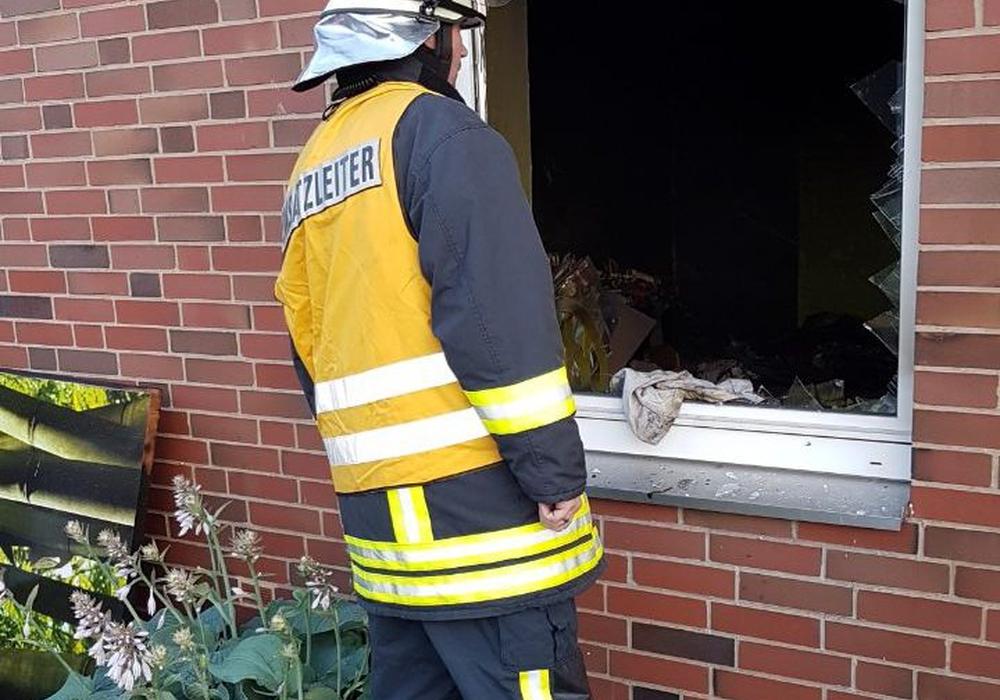 Für die Löscharbeiten mussten die Einsatzkräfte eines der Fenster einschlagen. Fotos: Nadjib, Feuerwehr Pressestelle