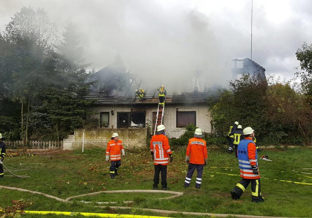 Rauchschwaden steigen durch das völlig zerstörte Dach auf. Foto: aktuell24(BM)