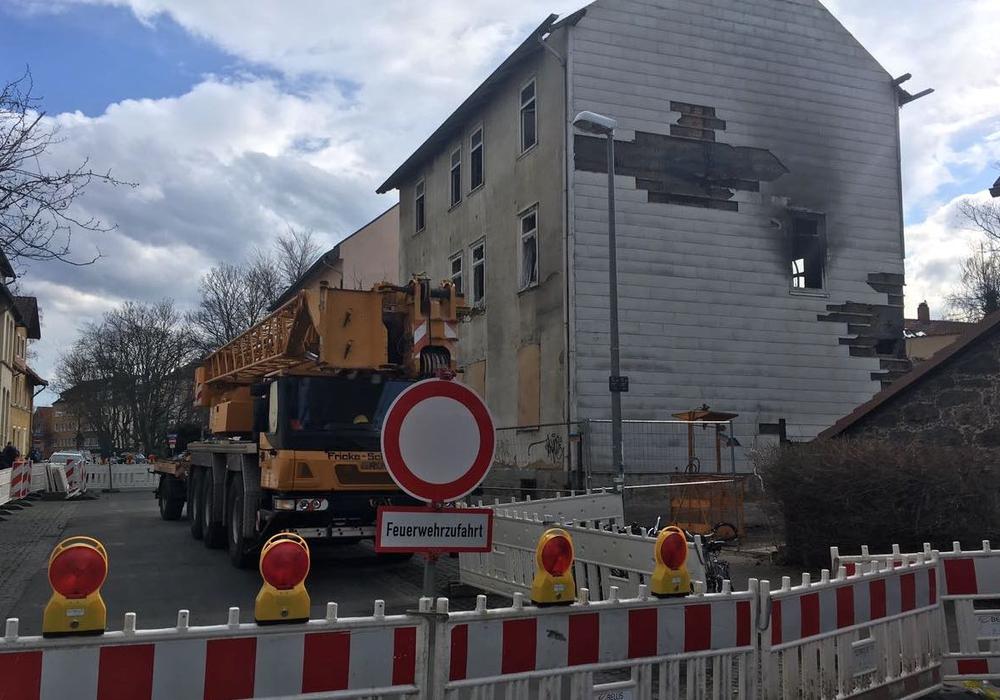 Die Brandruine soll nun abgerissen werden. Foto: Alexander Dontscheff