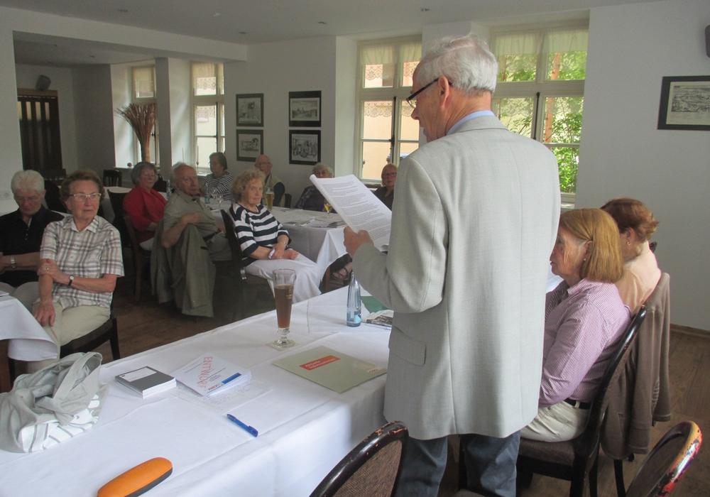 Beim bemühen, über die Regeln des Zusammenlebens zu diskutieren stand bei der CDU-Seniorenunion im Kreisverband Wolfenbüttel, das Grundgesetz im Mittelpunkt. Foto: Dieter Lorenz