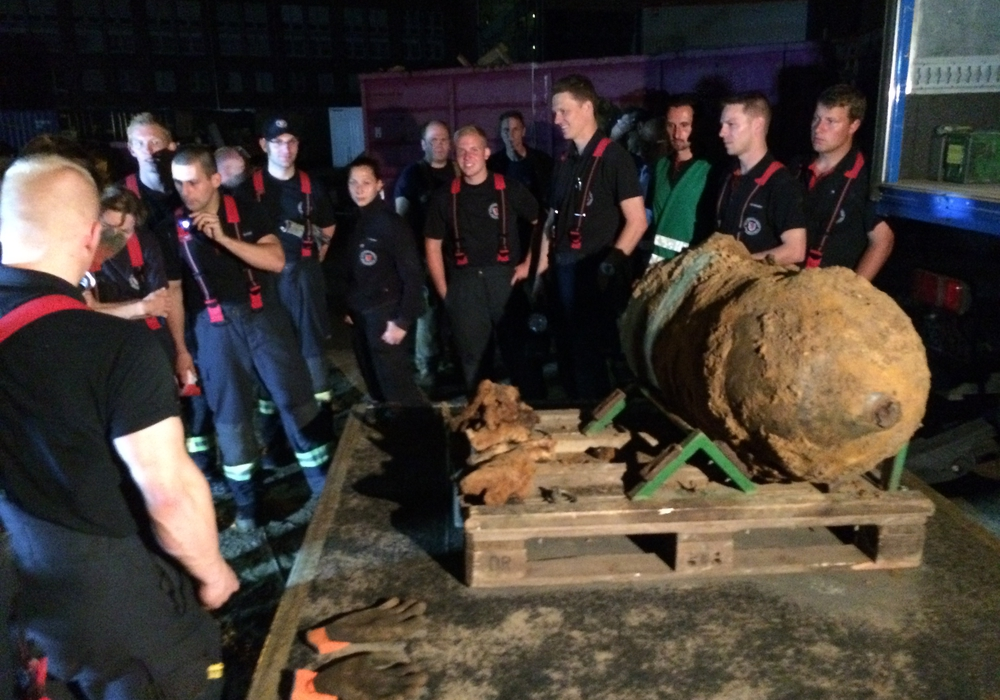 """Bei Baggerarbeiten auf dem """"BraWo""""-Gelände am Hauptbahnhof ist in rund zwei Metern Tiefe eine 500-Kilogramm-Fliegerbombe aus dem Zweiten Weltkrieg gefunden worden"""