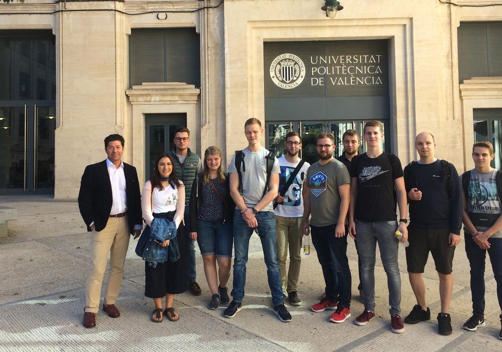 Dr. Dragos Balan (links) mit den Wolfenbütteler Studierenden am Campus Alcoy der Polytechnischen Universität Valencia. Foto: Ostfalia