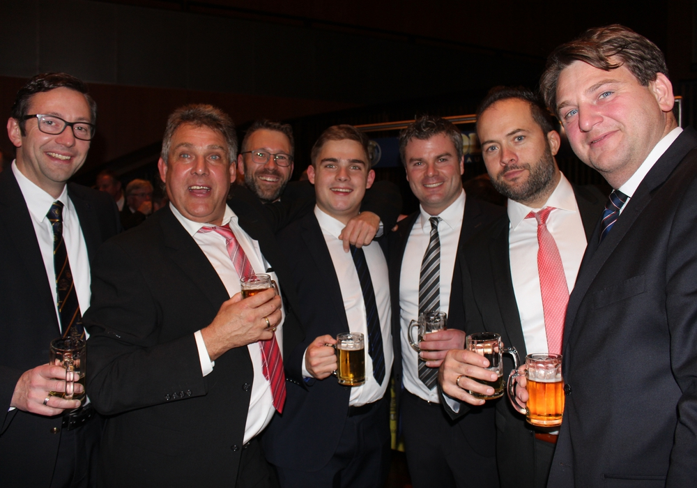 Beim Herrenabend wurde erst das Eisbein und dann das Bier genossen. Fotos/Video: Janosch Lübke