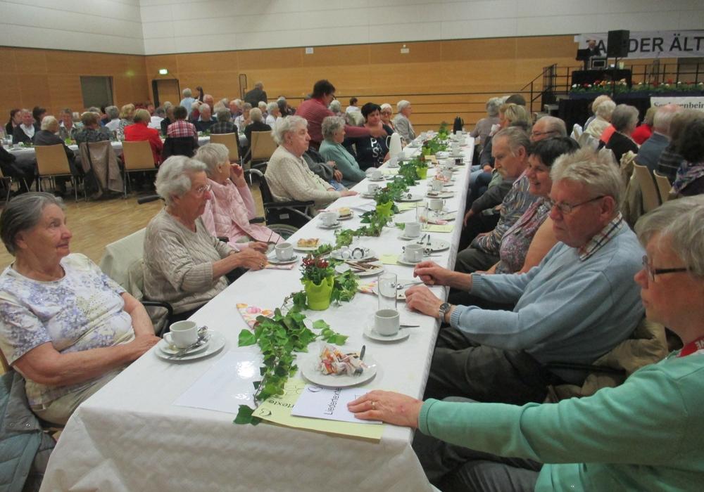 Fast einen ganzen Tisch hatten die Gäste vom Sickter Seniorenzentrum belegt. Uta Sahr (7.v.li.) freute sich mit ihren Besuchern über das Programm. Foto: Lorenz