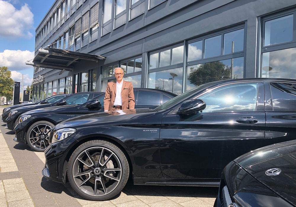 """Thomas Nikolaus Lafrenz mitten in den auf 30 limitierten Fahrzeugen der """"Black-Edition"""" von ROSIER in Braunschweig. Diese exklusiven Autos können schon ab 39.980 Euro gekauft oder günstig finanziert werden. Fotos: Marc Angerstein"""