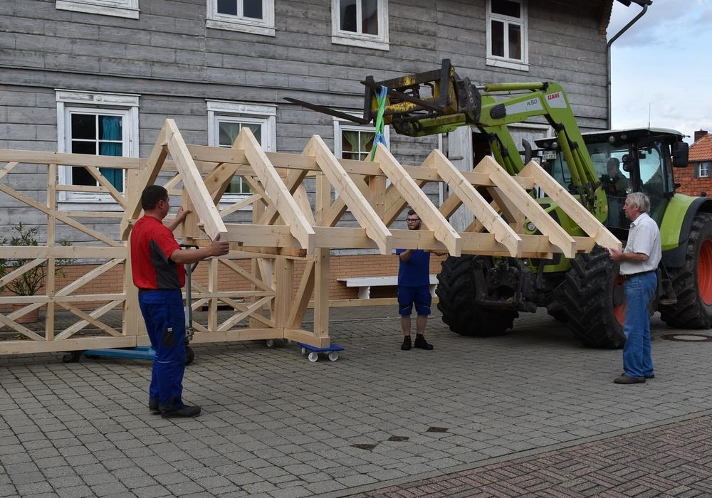 Aufsetzen des Daches mit dem Frontlader: Von Links: VUT Vorsitzender Peer Narup, Lucas Narup, Udo Taute und Alfred Domke. Foto: Peter G. Matzuga