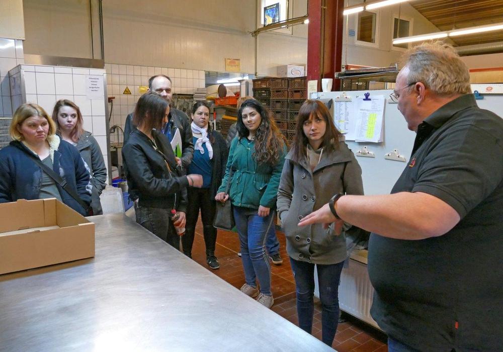 Andreas Höver, Geschäftsführer der Bäckerei Seidel, (rechts) führte die Teilnehmerinnen durch die Produktionshalle und stand für Fragen zur Verfügung. Foto: Landkreis Peine